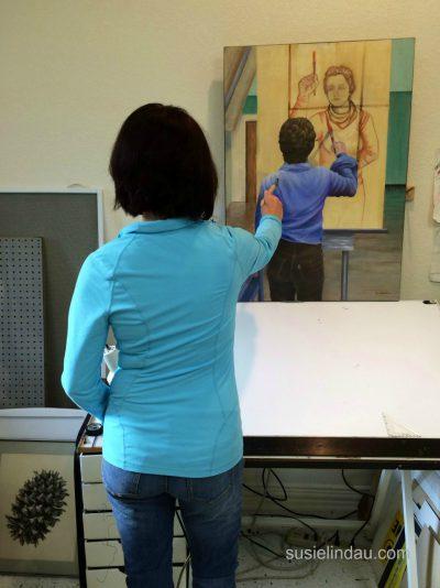 Susie Lindau painting a self-portrait