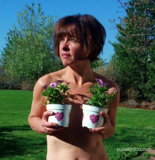 susie lindau boob report picture with plants in front of her boobs before double mastectomies breast cancer