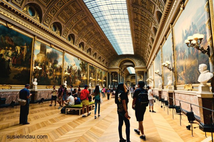 The Best of Versailles, Art gallery and tourists under long skylight