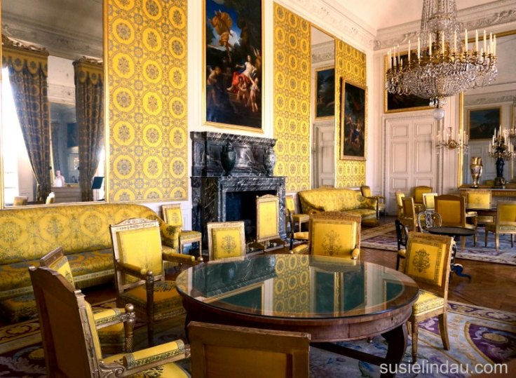 The Best of Versailles, Yellow play room with round tables