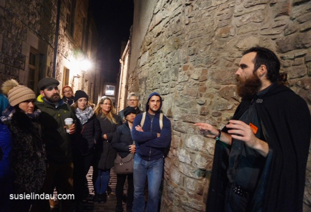 In an Edinburgh Close during a ghost tour! Click for photos of the Edinburgh Vaults! Mercat tours, Edinburgh tours, travel edinburgh, Travel Europe Destinations, Travel Scotland #Mercattours #traveltips #travelEdinburgh #scotland #ghosttours
