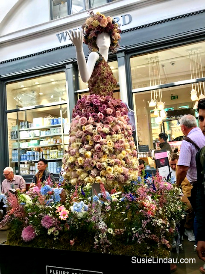 Amazing dresses at Covent Garden Fleurs de Villes competition. Click for photos, eye candy, a little history and travel tips! #fashion #travel #london #coventgarden #photography